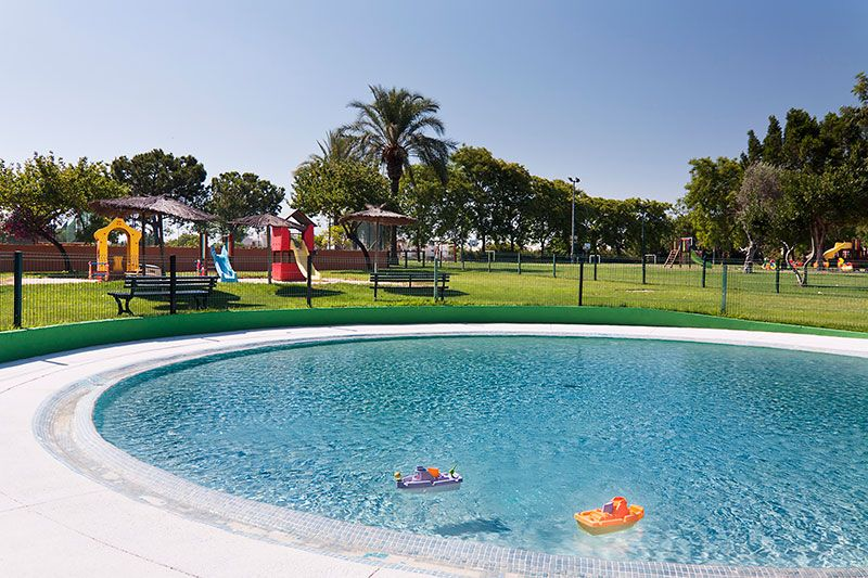 Instalaciones real club sevilla golf for Club con piscina en sevilla